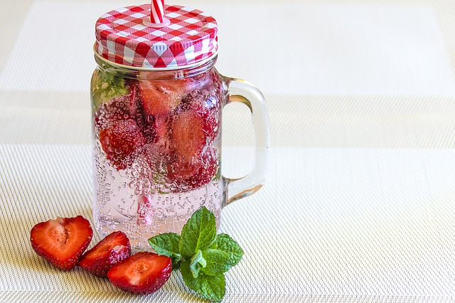 mineral-water-with-strawberries-1411368_640 (1)